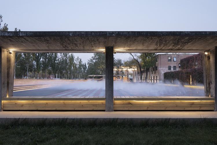 25-老混凝土棚子界定新的喷雾广场