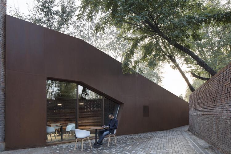 27-挡土墙下舒适的室外茶座