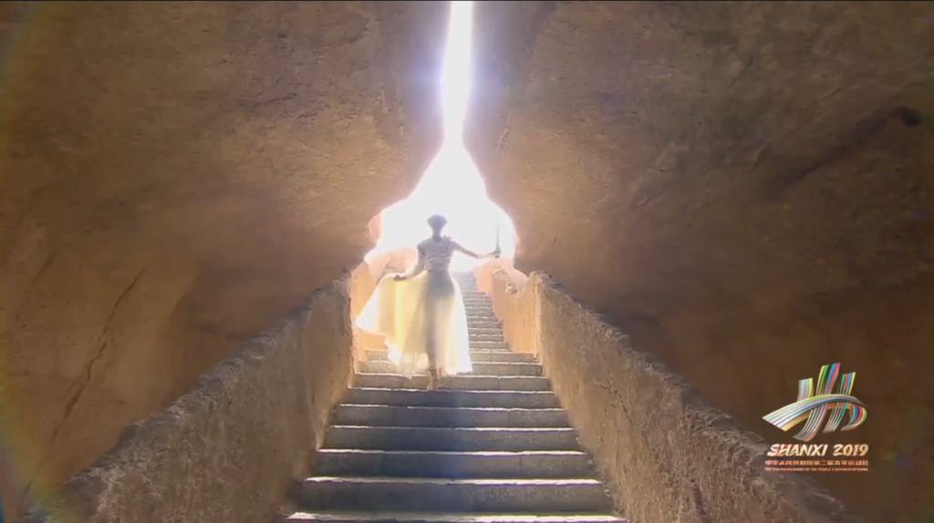 取火仪式圣女取完圣火走向点火台走向阳光-1